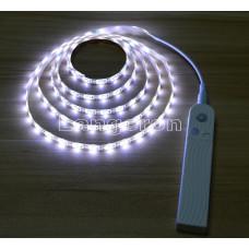 LED лента 2м от батареек с датчиком движения и сенсором освещенности белое холодное свечение для столешницы и